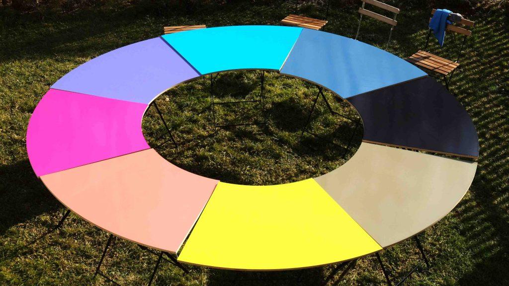 Tunder Tisch aus 8 verschiedenfarbigen Segmenten